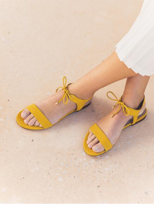 La Conquise - Amber Yellow